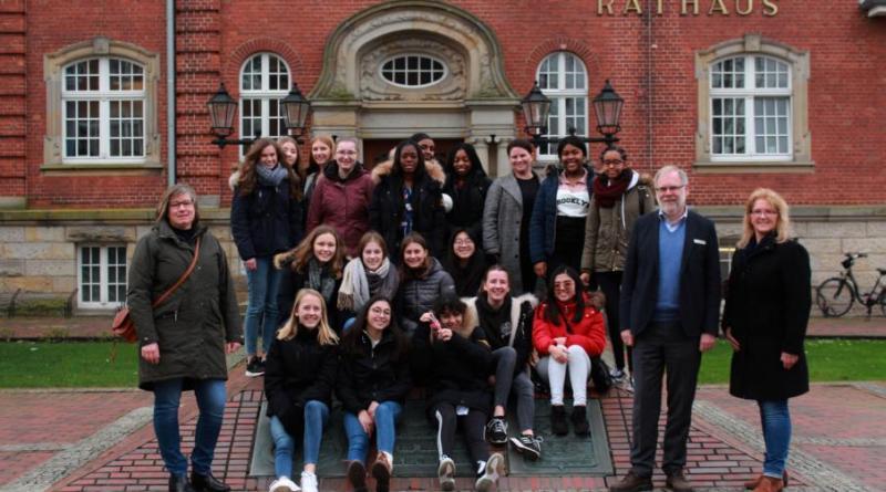 Londoner Austauschschülerinnen zu Gast im Rathaus - Foto: Stadt Papenburg