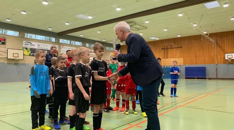 Siegerehrung der F und D-Junioren durch Hartmut Bruns. In schwarz die JSG HFS (Hebelermeer/ Fehndorf/ Schönighsdorf), in blau die JSG Rütenbrock/Erika-Altenberge, in rot der FC Wesuwe, in grün die Eintracht Emmeln. Foto: Stadt Haren (Ems).