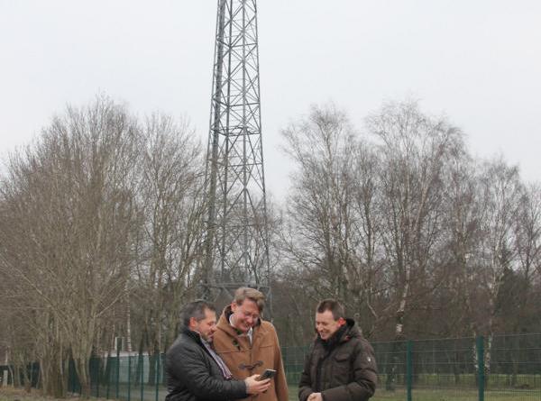 Einen Blick auf den 5G-Funkmast in Meppen warfen (v.l.) Dirk Ebrecht, Vodafone Deutschland GmbH, Landrat Marc-André Burgdorf und Dezernent Michael Steffens. (Foto: Landkreis Emsland)