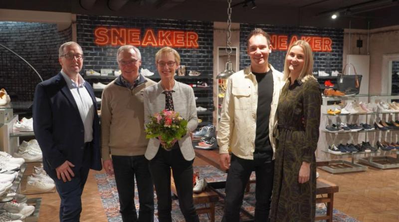 Andreas Löpker (li.) gratuliert Reiner und Beate Reusch sowie Michael und Melanie Reusch zum gelungenen Neustart. Foto: Stadt Lingen