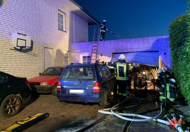 In Sögel brannte am Donnerstagmorgen eine Autogarage aus. Die Feuerwehr Sögel musste das Tor aufbrechen, um an den Brandherd heranzukommen. Foto: SG Sögel/Feuerwehr