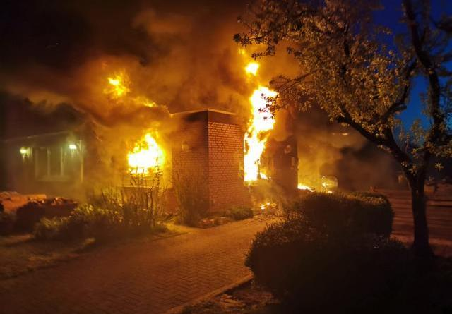 Zu einem folgenreichen Brand kam es in Sögel in einer Wohnung in einem Flachdachanbau. Der Feuerwehr gelang es, das direkt angebaute Wohnhaus zu retten. Fotos: SG Sögel Feuerwehr