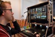 Alwin Terhalle kontrolliert am Bildmischer 6 Kameras. Foto: Stadt Papenburg