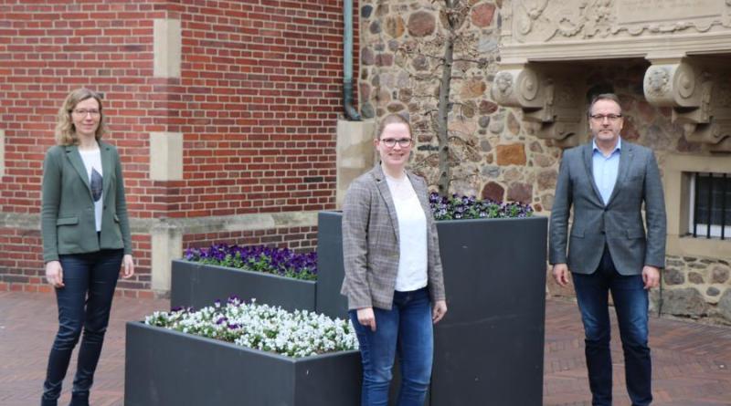 (v. r.) Bürgermeister Helmut Knurbein gratuliert Frau Strätker und Frau Steinmetz zu ihrer Bestellung als Standesbeamtinnen bei der Stadt Meppen. Foto: Stadt Meppen