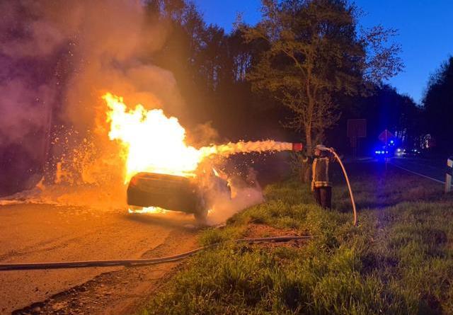 Völlig ausgebrannt ist am Montagmorgen ein Mercedes auf einem Parkplatz an der Berßener Straße. Die Feuerwehr Sögel löschte den Brand mit Schaum. Foto: SG Sögel/Feuerwehr