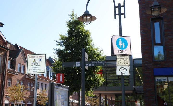 Die Beschilderung in der Fußgängerzone Zum Stadtgraben weist auf die Freigabe für den Radverkehr ohne zeitliche Beschränkung hin. Foto: Stadt Meppen