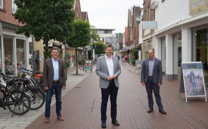 (v. li.) Oberbürgermeister Dieter Krone, Landtagsabgeordneter Christian Fühner und Stadtbaurat Lothar Schreinemacher. Foto: Stadt Lingen