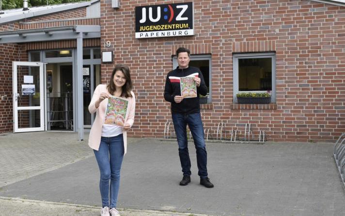 Auf der Suche nach weiteren Ferienpassanbietern, Corinna Nehe und Dietmar Nee aus dem Jugendzentrum. Foto: Stadt Papenburg