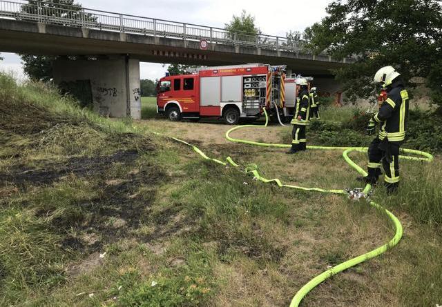 Die Einsatzfahrzeuge stehen auf dem Kohdiek und Schläuche sind verlegt. - Foto: Feuerwehr Neuenhaus