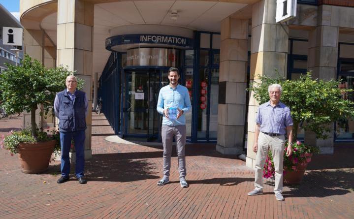 """Blicken gemeinsam mit der DVD """"Lingen – Das Jahr 2019"""" zurück: LWT Geschäftsführer Jan Koormann (Mitte) sowie Roland Hollmann (links) und Winfried Janshen (rechts) vom Team 75. Foto: Stadt Lingen"""