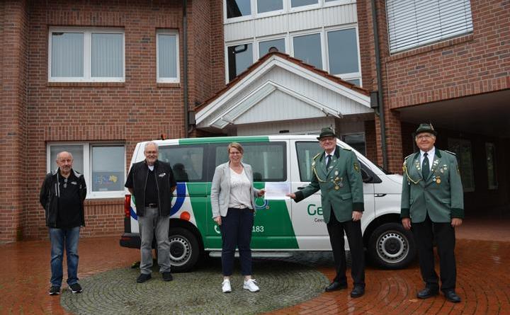 """Spendenübergabe des St. Antonius an die Gemeinde für das """"Geeste Mobil"""" Foto: Kim Jacobi"""