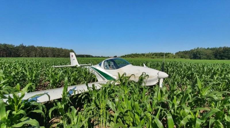 Geeste - Pilot landet Motorsegler in Maisfeld - Foto: NordNews.de