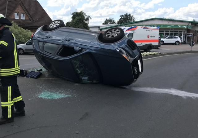 Walchum - PKW kommt nach Kreuzungsunfall auf der Seite liegend zum Stehen – Fahrerin kommt verletzt ins Krankenhaus- Feuerwehr Dersum unterstützt bei Rettungs- und Bergemaßnahmen - Foto: SG Dörpen / Feuerwehr