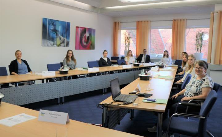 Bürgermeister Helmut Knurbein (Mitte) und Christel Wehlage (rechts) begrüßen die Bundesfreiwilligendienstleistenden. Foto: Stadt Meppen