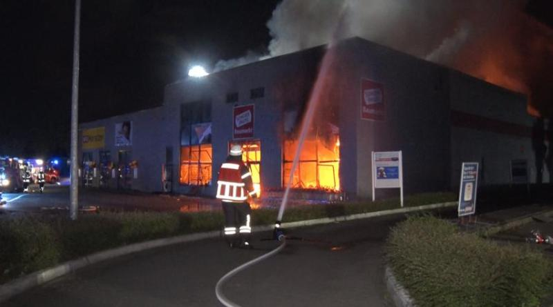 Großbrand zerstört Baumarkt an Rheiner Straße - Brandflocken gefunden Spielplätze gesperrt - Foto: NordNews.de
