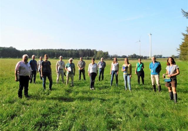 (v. l.) Bernd van der Ahe (WBV Mittelradde), Franz Dörtelmann (ULV 99), Marc Schwieters (Jury), Kirstin Meyer (Fachbereichsleiterin Umwelt), Joachim Wöhler (Jury), Peter Sellheim (Jury), Henning Meyer (Dachverband Hase), Sabine Droste (Fachbereich Umwelt), Matthias Dornbusch (Jury), Ann- Kathrin Rabe (Jury), Ira Zylka (Jury), Pina Lammers (Kommunale Umwelt- Aktion UAN), Gerd Wach (Jury), Nora Schmidt (Kommunale Umwelt- Aktion UAN) machten sich vor Ort ein Bild von der naturnahen Umgestaltung der Mittelradde. (Foto: Landkreis Emsland)