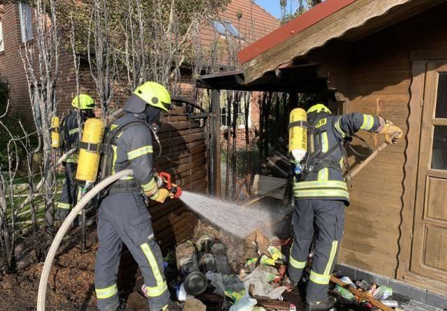 Feuerwehr löscht Heckenbrand an der Luisenstraße - Foto: Michael Schütte, Feuerwehr Papenburg