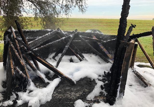 Schutzhütte am Emsdeich brennt nieder - Foto: Michael Schütte, Feuerwehr Papenburg