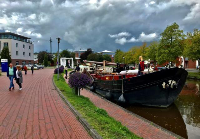 """Am Sonntagnachmittag legte die """"Gertrud"""" für das Winterlager in Papenburg am Hauptkanal vor der Alten Drostei an. Foto: Stadt Papenburg"""