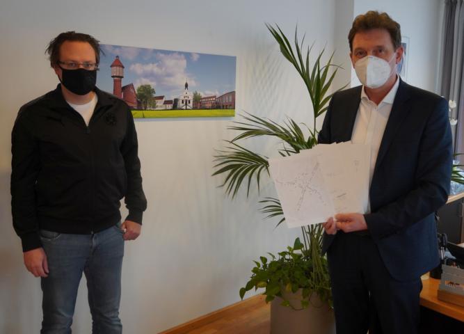 Martin Klimm (links) überreichte eine Petition gegen das Radfahren in der Lingener Fußgängerzone an Oberbürgermeister Dieter Krone. Foto: Stadt Lingen