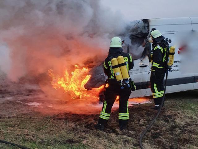 Sprinter gerät während der Fahrt in Brand - Foto: SG Sögel / Feuerwehr