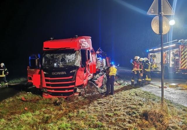 Frontalcrash auf der B213 - Zwei LKW Fahrer schwer verletzt - Foto: NordNews.de