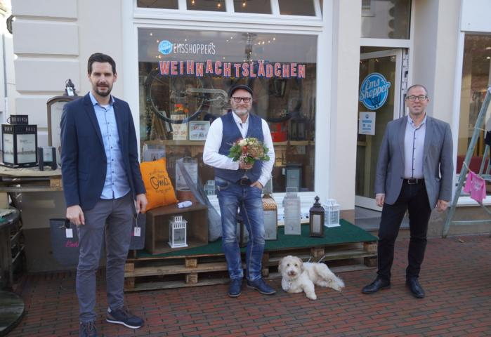 Statt einem Weihnachtswäldchen gibt es in diesem Jahr ein EmsShopper-Weihnachtslädchen: LWT-Geschäftsführer Jan Koormann (links) und Citymanager Andreas Löpker (rechts) gratulierten Matthias Lange zur Eröffnung des Pop-up-Stores. Foto: Stadt Lingen