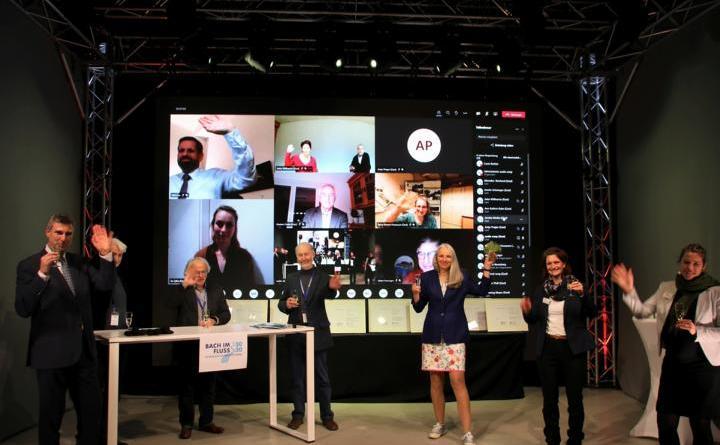 Abschlussbild Preisträgerinnen und Preisträger mit Umweltminister Lies, Karten Behr, Jury und UAN. Foto: UAN