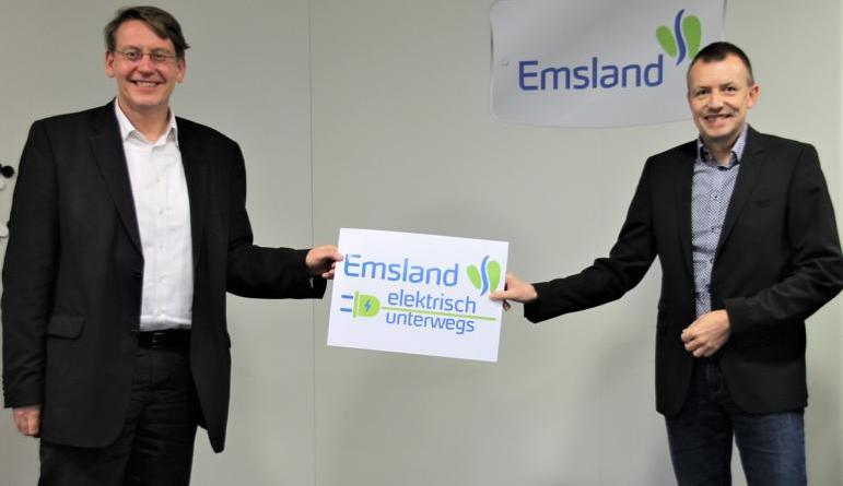 Landrat Marc-André Burgdorf (l.) und Dezernent Michael Steffens werben für die Umfrage zur Mobilität und fordern Bürgerinnen und Bürger zur regen Teilnahme auf.(Foto: Landkreis Emsland)