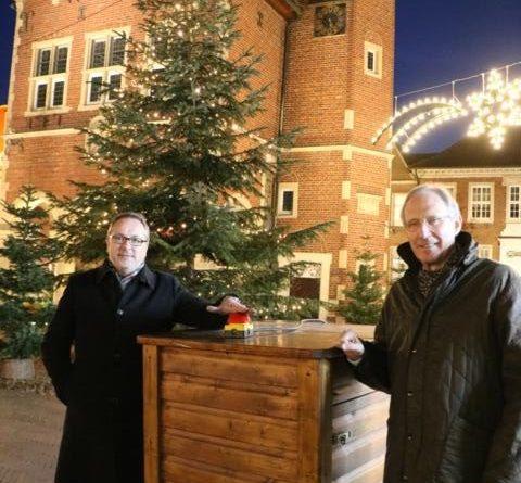 """(v. l.) Bürgermeister Helmut Knurbein und Hermann Dröge, Vorsitzender Stadtmarketingverein WiM, geben den offiziellen Startschuss für das """"Weihnachtliche Meppen"""". Bis zum 6. Januar 2021 erstrahlt die Meppener Innenstadt in weihnachtlichem Glanze. Foto: Stadt Meppen"""