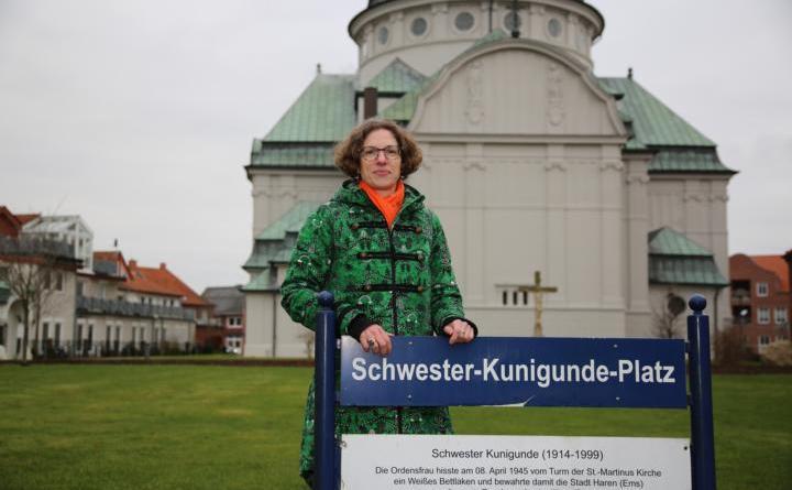 Kerstin Wilken ist die neue Gleichstellungsbeauftragte der Stadt Haren (Ems). Hier auf dem Schwester-Kunigunde-Platz in Haren (Ems). Foto: Stadt Haren (Ems).
