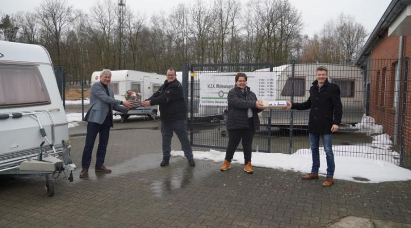 Ortsbürgermeister Karl Storm (links) und Dietmar Lager von der Wirtschaftsförderung (rechts) begrüßten Kirsten und Huub Bossink mit ihrem Unternehmen H.J.K. Wohnwagen im G.U.T. Baccum. Foto: Stadt Lingen