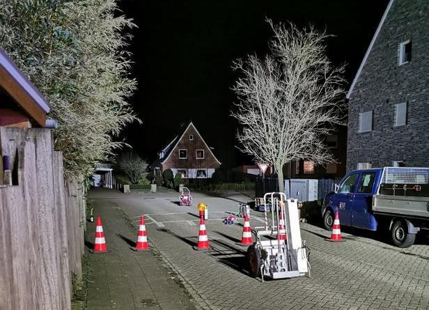 Von der Wiesenstraße war ein Löschangriff aufgebaut und im hinteren Bildteil steht ein Lüfter zur Verwirbelung eventueller Gaskonzetrationen. Foto: Feuerwehr Neuenhaus