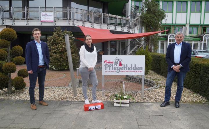 """Ortsbürgermeister Werner Hartke (rechts) und Jonas Berger von der Wirtschaftsförderung der Stadt Lingen begrüßten Britta Jansen mit ihrem neuen ambulanten Pflegedienst """"Meine PflegeHelden"""" im Lingener Ortsteil Darme. Foto: Stadt Lingen"""