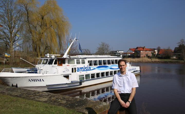 Vergeblich wartet Geschäftsführer Dieter Sturm am Anleger der Amisia auf Gäste. Foto: Stadt Haren (Ems)