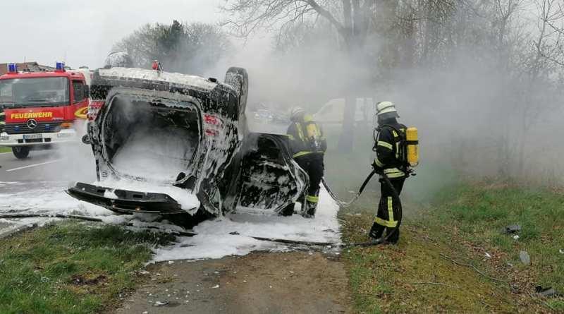 Fahrzeugbrand nach Unfall - Feuerwehr Wilsum informiert - Foto: Feuerwehr Wilsum