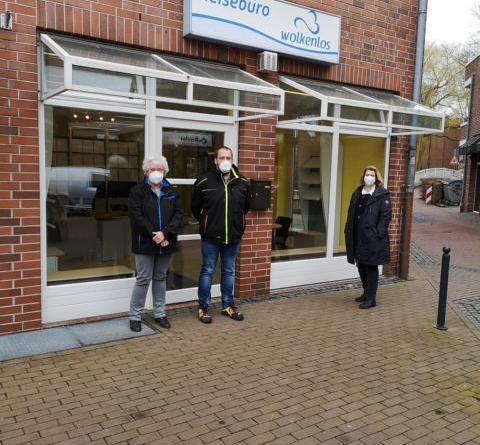 City-Managerin Andrea Veddeler (rechts) sowie Elke (li.) und Jens Bargmann vor dem Eingang des Schnelltest-Centers. Foto: Stadt Nordhorn