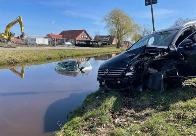 PKW nach Verkehrsunfall im Wasser – Feuerwehr im Einsatz - Foto: Stadt Papenburg / Feuerwehr