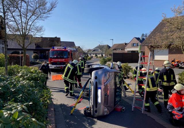PKW kollidiert mit Verkehrsberuhigung und kippt auf die Seite – Feuerwehr Dörpen befreit 83-jährige Fahrerin aus dem PKW - Foto: SG Dörpen / Feuerwehr