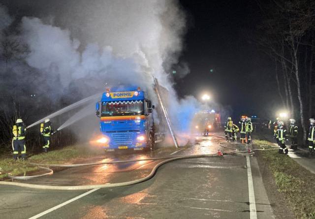 Strohbeladener LKW fängt auf der B401 Feuer – Stundenlanger Einsatz für die Feuerwehren Surwold, Dörpen und das THW OV Papenburg - Foto: Samtgemeinde Nordhümmling / Feuerwehr
