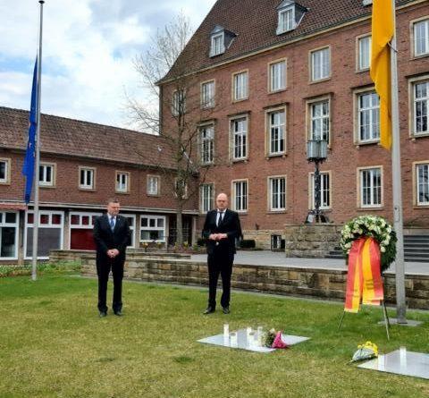 Bundesweiter Gedenktag: Bürgermeister und Landrat gedenken der Verstorbenen am Nordhorner Rathaus