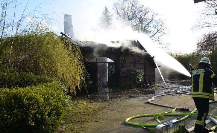 Altes Fachwerkhaus mit Stallungen abgebrannt - Foto: NN
