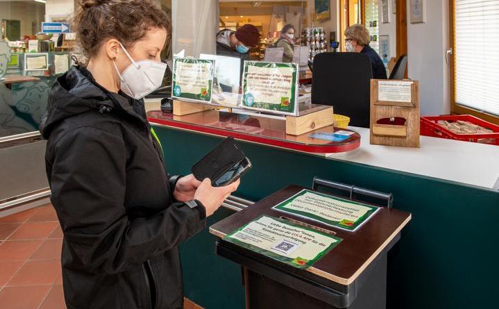Tierparkmitarbeiterin-Svenja-Cebulla-testet-die-neue-luca-APP-an-der-Zookasse-©-Franz-Frieling.jpg