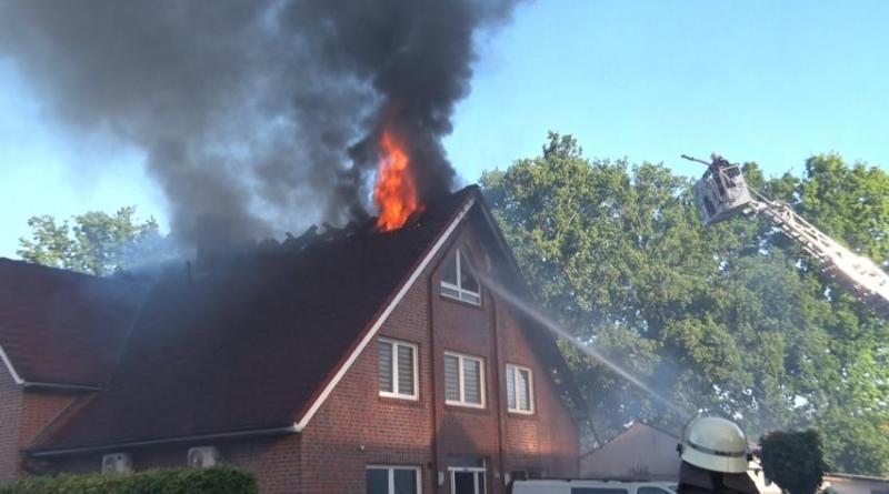 Dachstuhlbrand in Lohne - Mehrfamilienhaus nicht mehr bewohnbar - Foto: NordNews.de