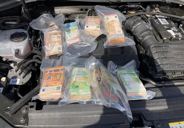 Rund 135.000 Euro fanden die Ermittler aus Osnabrück im Motorraum eines Fahrzeuges. Das Geld wurde beschlagnahmt. Bild: Polizei Osnabrück
