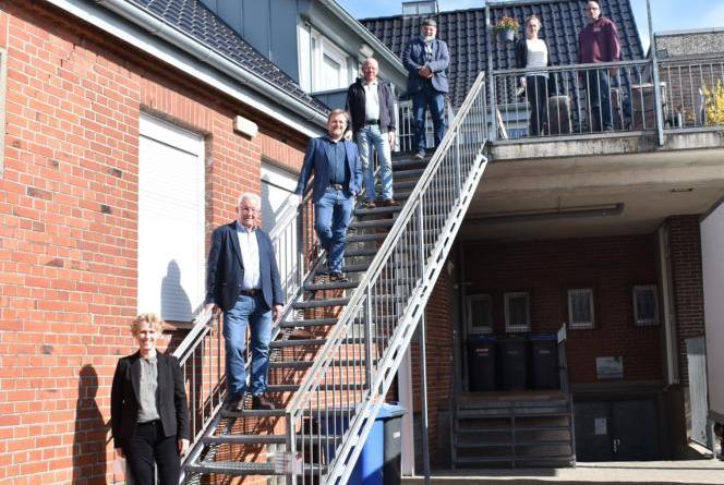 """An der """"Haltestelle"""" (von unten nach oben): Gitta Mäulen (Dezernentin Landkreis), Hans Bernhard Hüsken (Geschäftsführung Drogengefährdetenhilfe), Ullrich Abel (Geschäftsführer A.B.Z.), Hein Barlage (1.Vorsitzender Drogengefährdetenhilfe), Lothar Bergner (Drogenberatungsstelle), Melanie van Kooten und Timo Kubisch (Haltestelle). Foto: Landkreis Grafschaft Bentheim"""