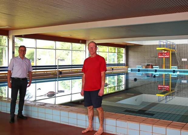 Freuen sich auf die Öffnung des Harener Hallenbades ab Juli: Bürgermeister Markus Honnigfort und Schwimmmeister Norbert Cordes (v.l.). Foto: Stadt Haren (Ems)