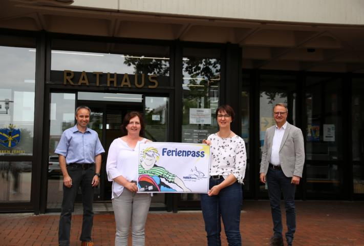 Stellten das Programm des Ferienpasses vor: Michael Bonhold, Rita Schultalbers, Ulrike Jönen und Bürgermeister Markus Honnigfort. Foto: Stadt Haren (Ems).