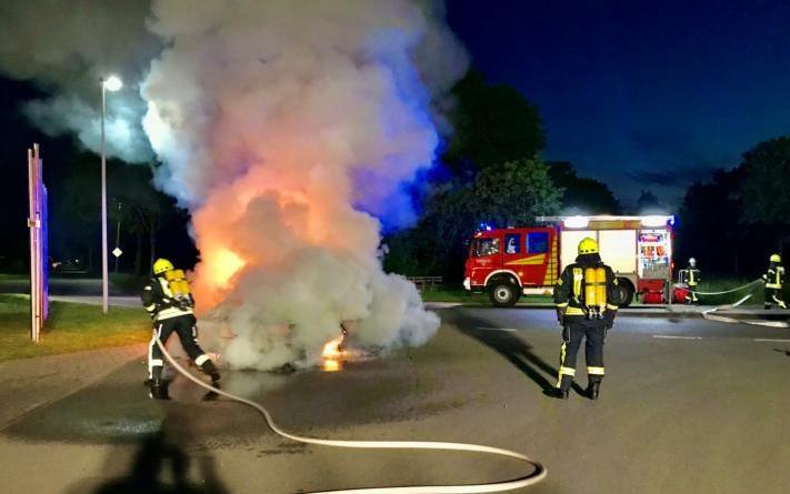 Bei Eintreffen der Einsatzkräfte aus Sustrum brannte der PKW in voller Ausdehnung. Foto: SG Lathen/Feuerwehr