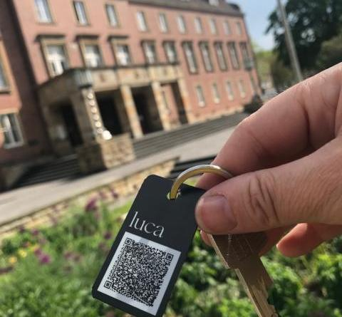 Mit Schlüsselanhänger die luca-App auch analog nutzen - Stadt Nordhorn verteilt luca-Anhänger an Menschen ohne Smartphone - Foto: Stadt Nordhorn